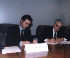 With University of Porto dean, Novais Barbosa, signing an cooperation protocol regarding Continuing Education (March 2001)