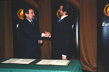 Signature of the Euro 2004 protocol with the Portuguese Football Federation president, Gilberto Madaíl (13 November 2003)