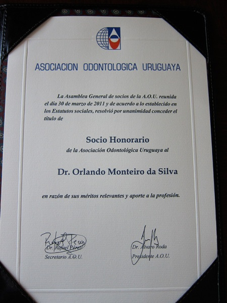 And also honorable member of the Uruguayan Dental Association (socio honorario de la Asociación Odontológica Uruguaya), on their General Assembly of the 30th March, by unanimous decision. Great Honour for me and FDI!