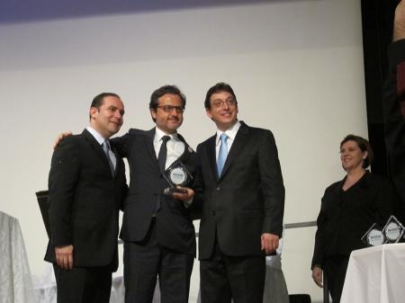 Com os colegas Carlos Alberto Battaglini (esquerda), presidente da comissão organizadora do 30º CIOSP, e Adriano Forghieri (direita), presidente da Associação Paulista dos Cirurgiões Dentistas (APCD)