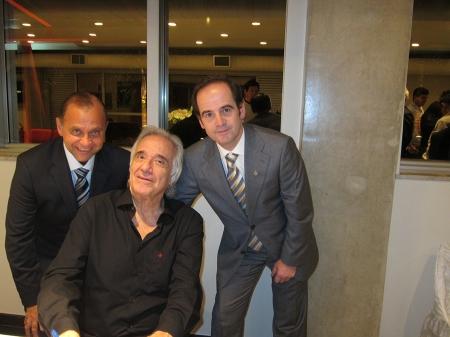 Os colegas Nasser Fares (esquerda) e Pedro Pires (direita) com o maestro João Carlos Martins