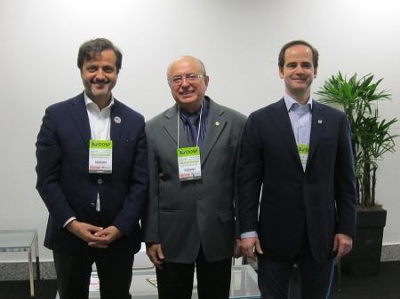 Com o presidente do Conselho Federal de Odontologia (CFO), Ailton Morilhas Rodrigues (centro) e Pedro Pires, membro do Conselho Diretivo da Ordem dos Médicos Dentistas