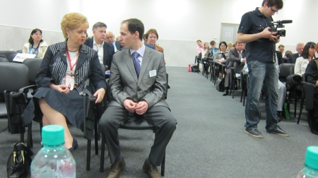 Attendence photo. At the front, Ludmila Maximovskaya, vice-president of the Russian Dental Association, and Ilya Brodeskiy, DentalExpo managing director.